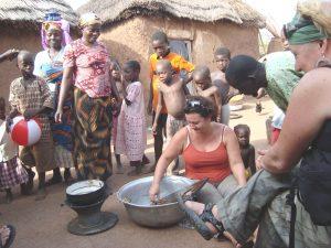 Workshops afrika, meedoen met dagelijkse activiteiten van de mensen in het dorp in Ghana, west Afrika.