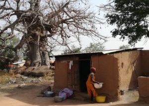 Vrouw bereid maaltijd voor in schoolkeuken - vrijwilligerswerk Ontmoet Afrika