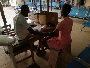 Bloeddruk wordt opgemeten in het districtsziekenhuis van Bongo